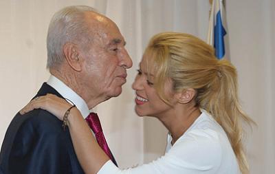 Shakira smooches Shimon Peres